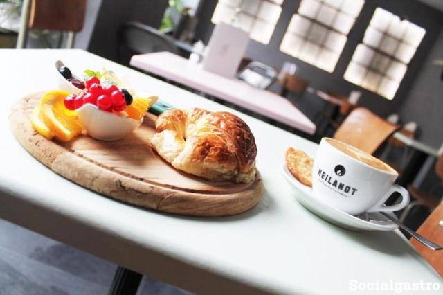 Fotosession im Cafe Hinz und Kunz in Köln mit Socialgastro für Restaurant Marketing. Ein leckerer Cappuccino mit Parisienne!