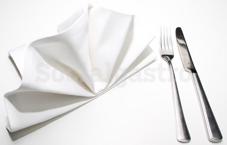 Produktfotografie von Socialgastro für Restaurant Marketing anhand eines Beispiel mit Besteck und Serviette.