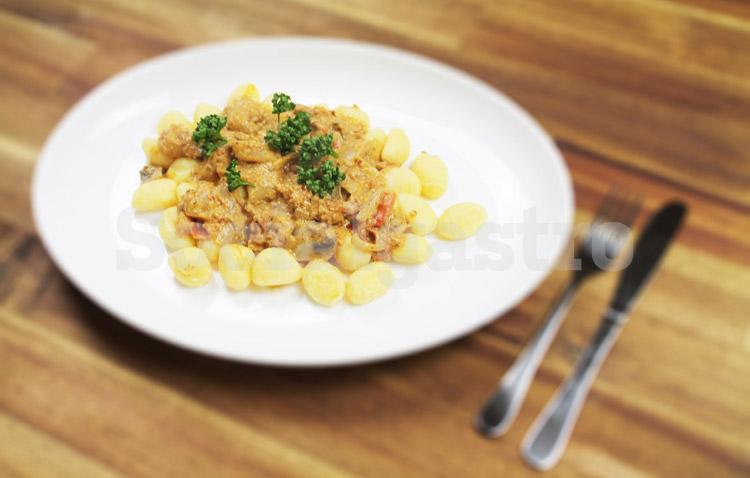 Restaurant Marketing von Socialgastro aus Köln. Produktfotografie am Beispiel Gnocchi und Sauce mit Weichzeichnung.
