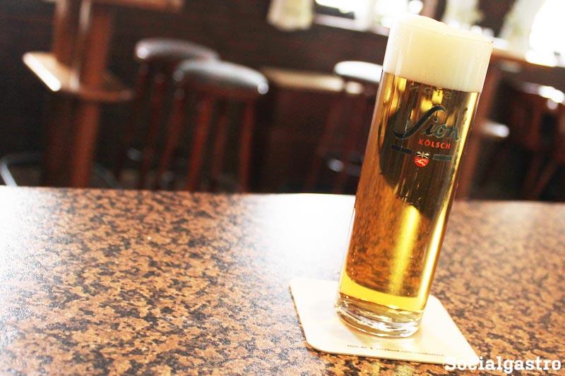 Socialgastro Restaurant Marketing und ein Bild von der Gaststätte Jägerhof in Pullheim Stommeln mit einem Sion Kölsch!