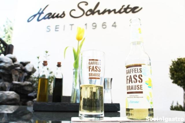 Haus Schmitz in Kerpen Partner von Socialgastro in Köln Marketing Foto im Biergarten mit einer leckeren Gaffel Fassbrause!