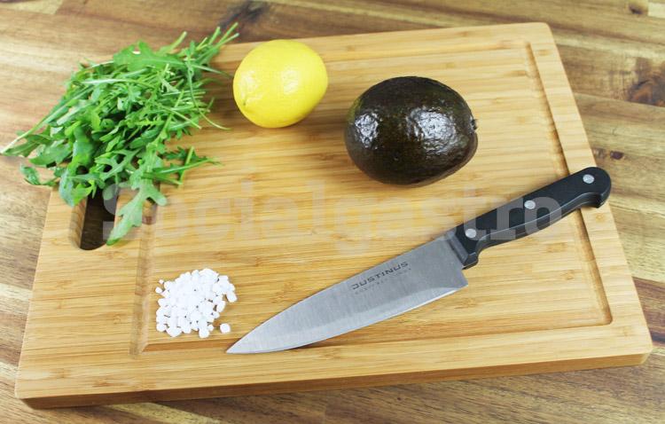 Avocado mit Zitrone als Produktfotografie von Socialgastro für Restaurant Marketing.