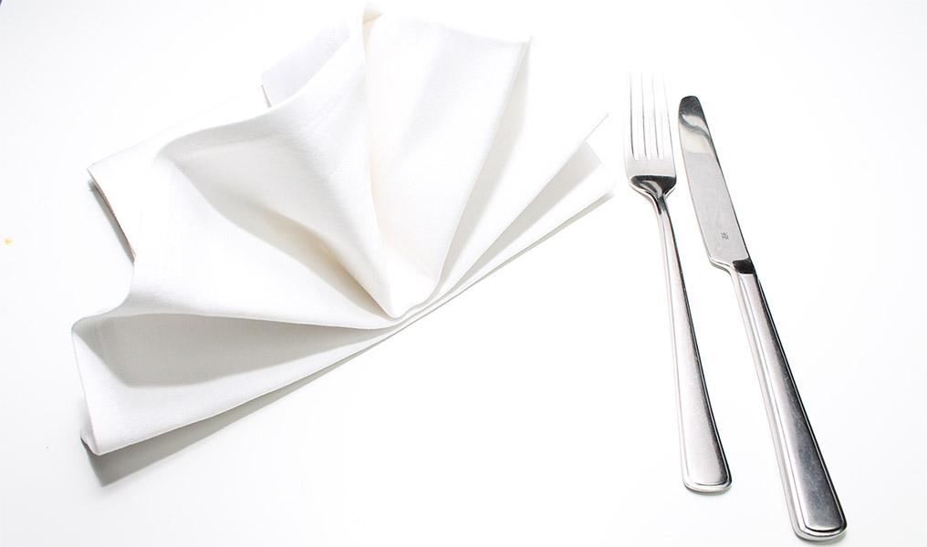 Restaurant Marketing von Socialgsatro. Dies ist ein Produktfoto mit Besteck und einer Serviette.